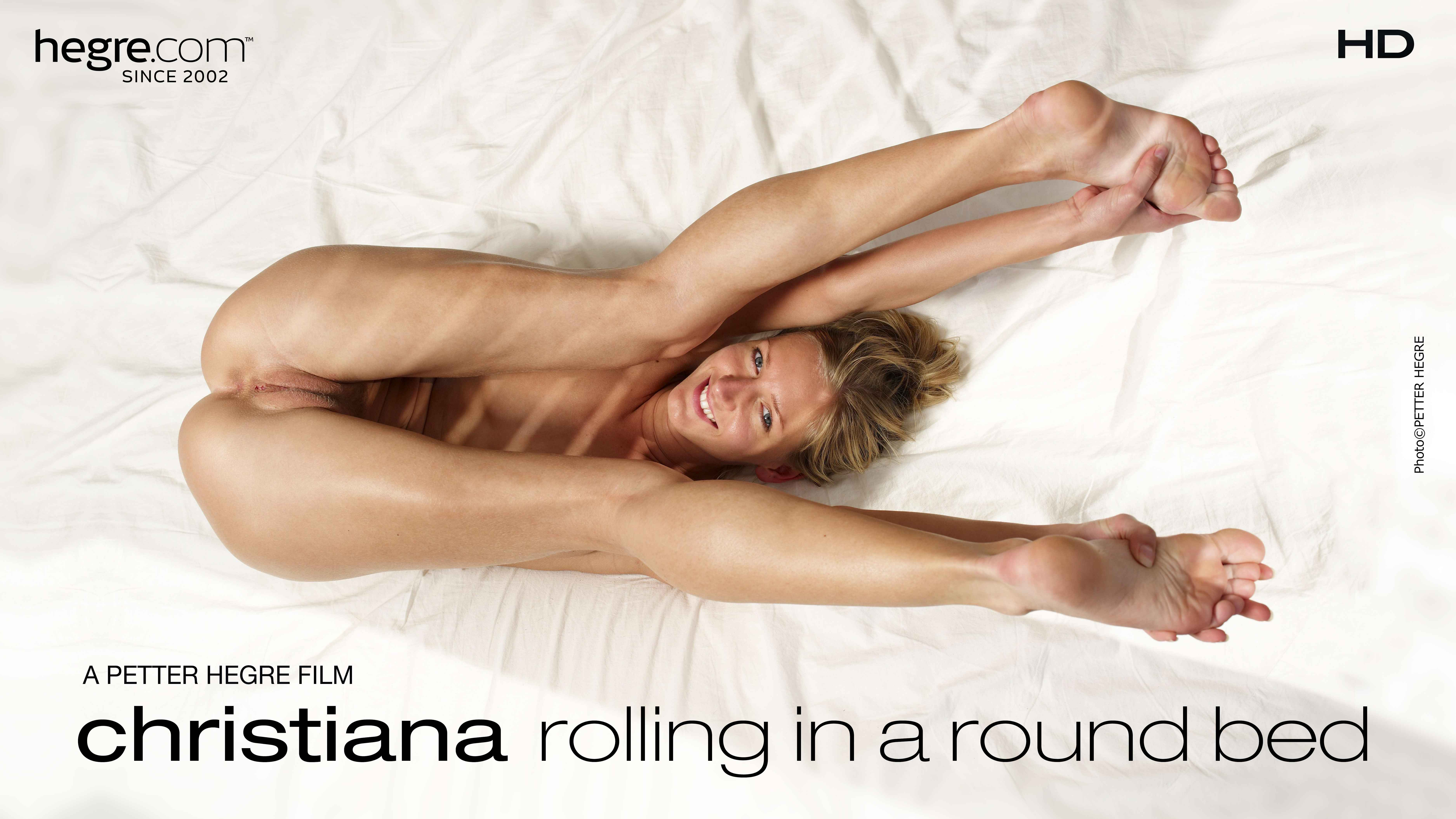 Christiana Galipettes dans un lit rond