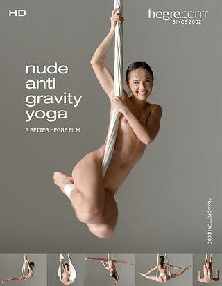 Yoga anti gravedad al desnudo