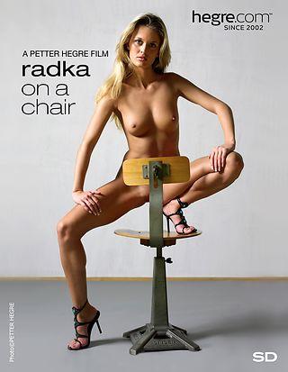 Radka en una silla