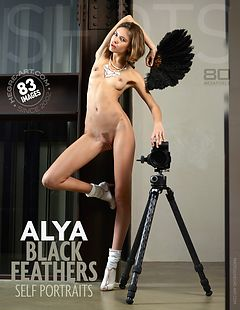 Aya autoretratos con plumas negras