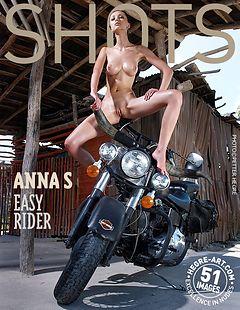 Anna S cabalgando