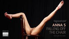 Anna S cayendo de la silla