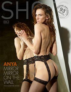 Anya Spieglein Spieglein and der Wand