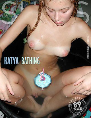 Katya prend un bain