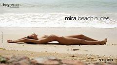 Mira nus sur la plage