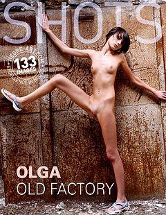 Olga dans une vieille usine