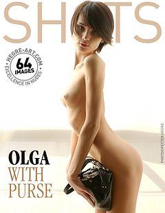Olga avec sac à main