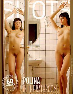 Polina dans la salle de bains