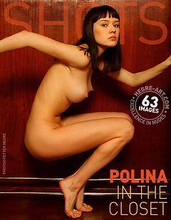 Polina dans l'armoire