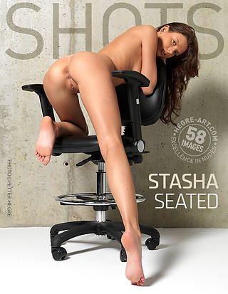 Stasha sentada