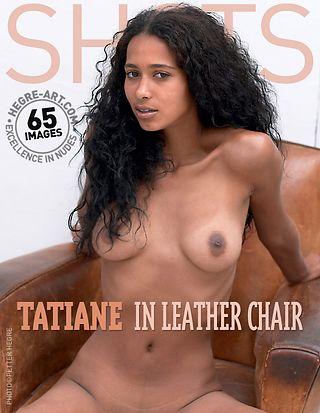Tatiane en sillón de cuero