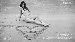 Victoria R écrit dans le sable