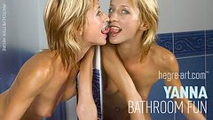 Yanna diversión en el baño